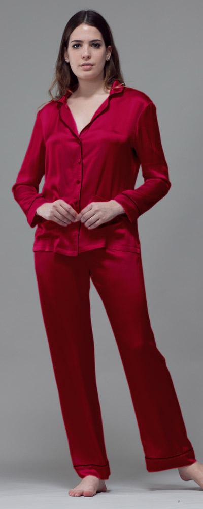 Die Modellvielfalt bei Pyjamas für Damen ist schier unendlich, von einfarbig bis bunt, von Flanell über Frottee und Baumwolle bis hin zu Satin reicht das Sortiment. Die luftige Version des Pyjamas mit kurzer Hose und kurzärmeligem Oberteil nennt man übrigens Shorty.